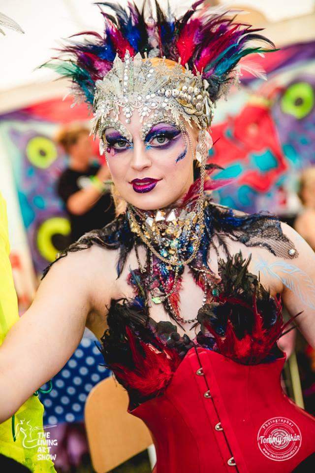 the-living-art-show-cabaret-avante-garde-demonstration-artiste-stefanija-vektere-model-simona-min
